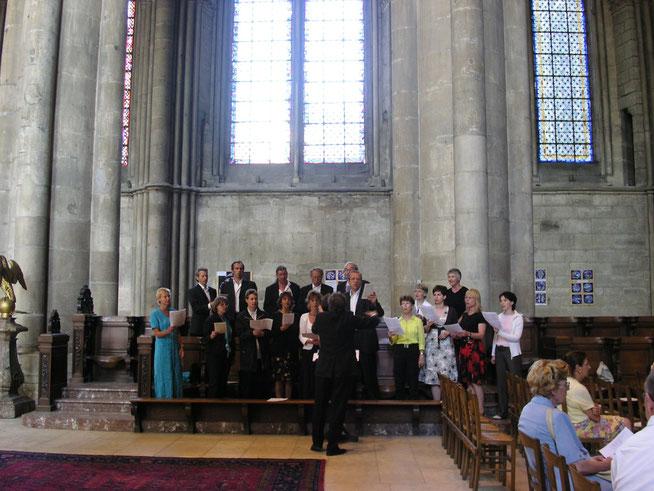...während der Sonntagsmesse mit Mozart (in den Händen) in der riesigen Kathedrale.