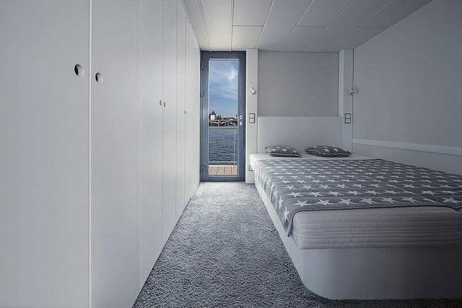 Cette photo monte la chambre du bateau se trouvant en enfilade du salon avec à côté du lit l'ensemble prises et interrupteurs permettant de contrôler les liseuses ainsi que la lumière centrale.
