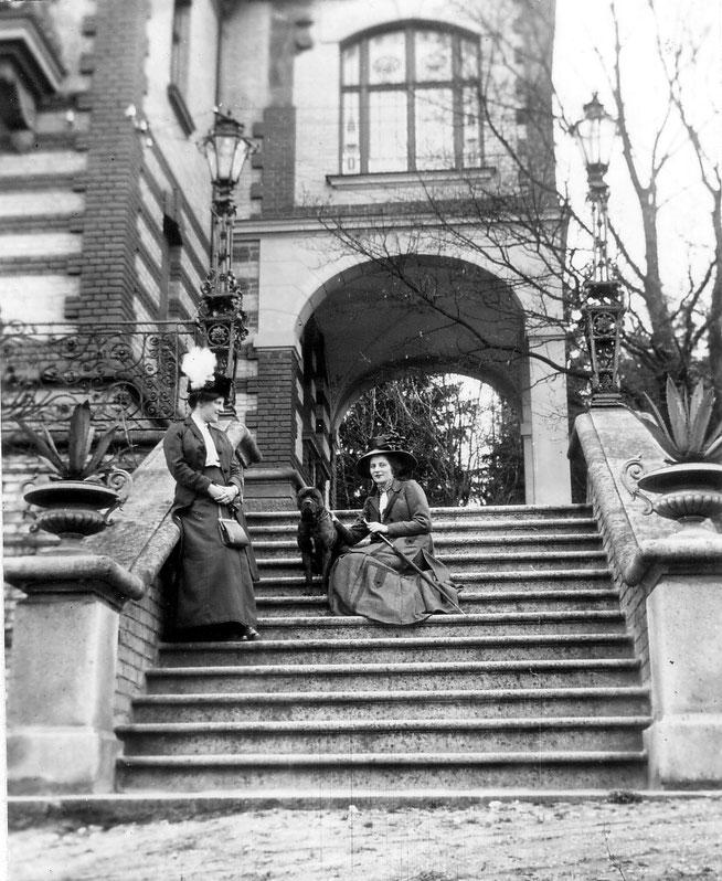 c1910 Ostseite mit Erker (von li Else mit Freundin Frau Köhler)