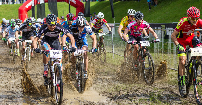 Schlammschlacht während des Starts der Junioren beim Swiss Bike Cup im Rahmen der Bike Days 2015 © Bike Days