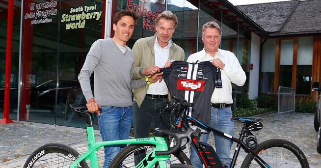 Tirols Sportlandesrat a.D. Thomas Pupp, Ex-Profi Thomas Rohregger und Martells Bürgermeister Georg Altstätter ©EURAC/Sabine Jacob