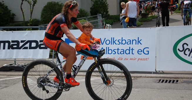 Nach ihrem sensationellen Weltcup-Auftritt entspannte Elisabeth Brandau mit ihrm Sohn ©SST