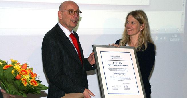 Preisverleihung: Prof. Dr. Josef Wieland, Vorsitzender DNWE, und Vaude-Geschäftsführerin Dr. Antje von Dewitz © Vaude