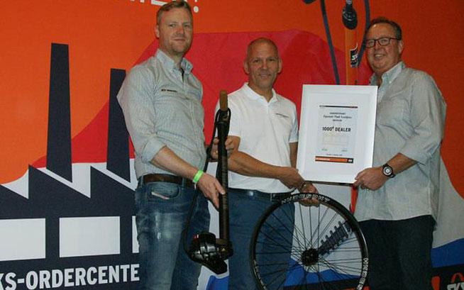 """Paul Leentjens (Mitte), Inhaber von """"Handgespaakt Bikewheels"""", mit SKS-Exportmanager Frederik Reichert (l.) und Außendienstmitarbeiter Christon Geurten (r.) ©SKS-Germany"""