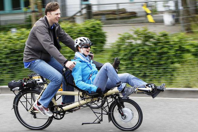 Auch zu zweit macht der eingebaute Rückenwind Spaß: Radeln mit Muskelkraft und Motor © Spezialradmesse