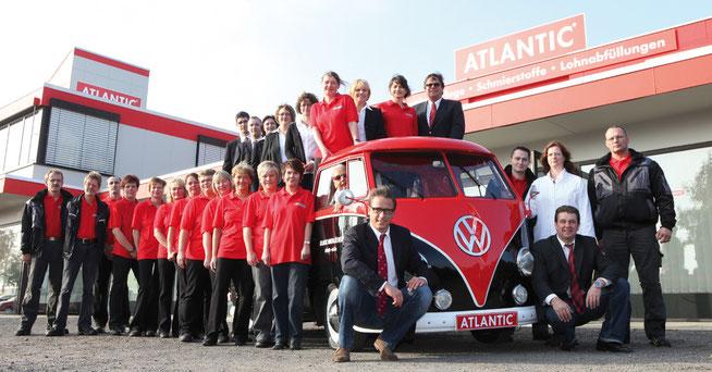 Die Mannschaft: Lars Bahlke (46, im Anzug rechts), Christian Studders (35, im Anzug links), ihre Angestellten und der Werbe-Bulli.