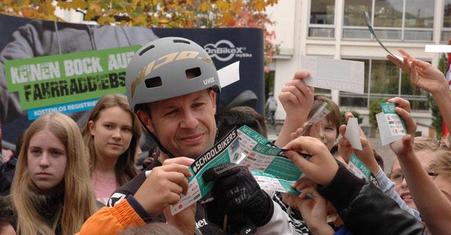 Der mehrfache Trialweltmeister Marco Hösel unterstützt die AKTIONfahrRAD
