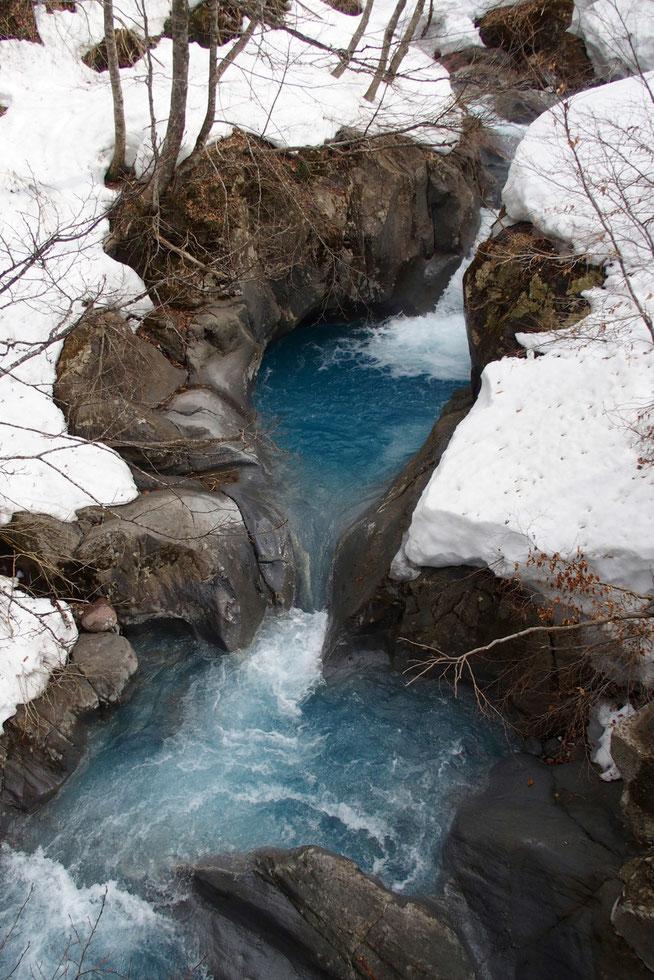 コバルトブルーの小白水谷