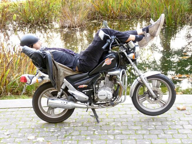 Schlafen auf Motorrad