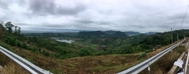 Berge in der Nähe von Chiang Mai im Norden Thailands - Ausgangspunkt eines Drohnenfluges