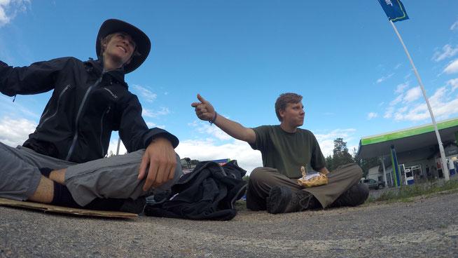Jannis Riebschläger (links) und Joel Galla (rechts) beim Trampen bei gutem Wetter in Finnland