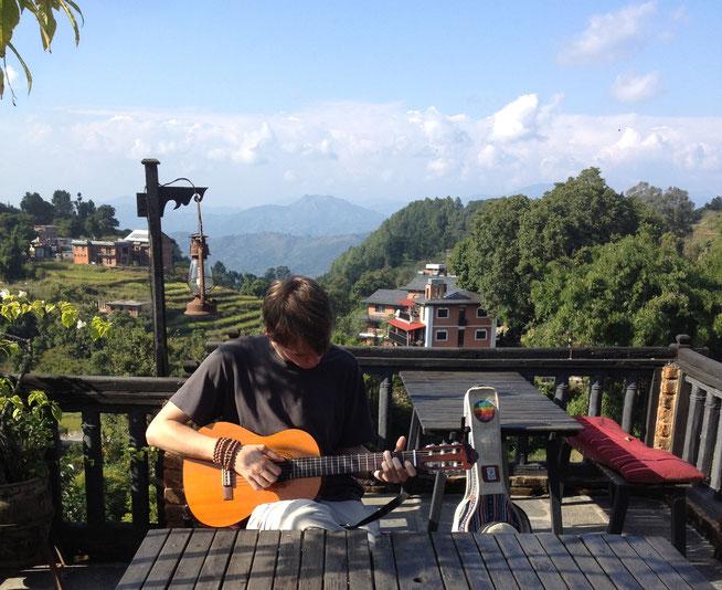 Gitarre spielen Nepal Bandipur Jannis Riebschläger