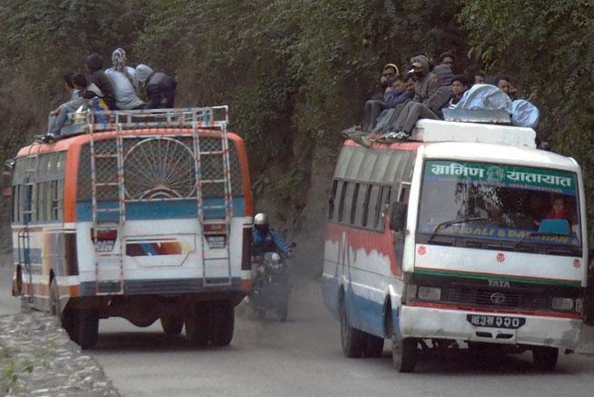 Menschen auf Busdach Nepal