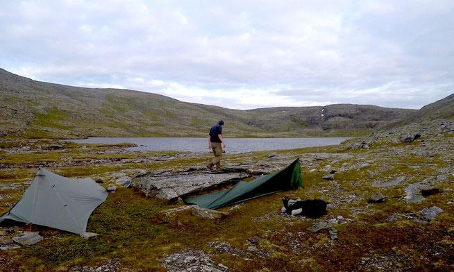Zelten am Nordkap. Joel baut einen Windschutz vor seinem Zelt.