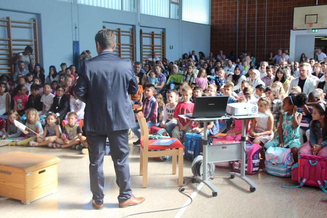 Schulleiter Florian Krauß begrüßt unsere Erstklässler in der Turnhalle