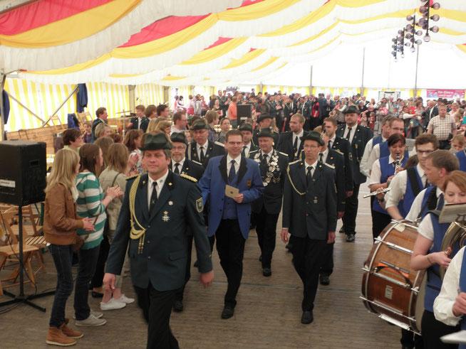 Einmarsch unseres Jubelkönigs 2012/2013 am Montag (noch in Kolpingsblau)
