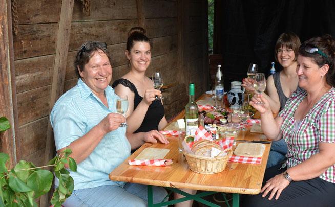 Herzlich Willkommen auf dem Heuberg! Wir freuen uns, Familie Schweiger & Müller (rechts im Bild: Weinguide Doris Kist)