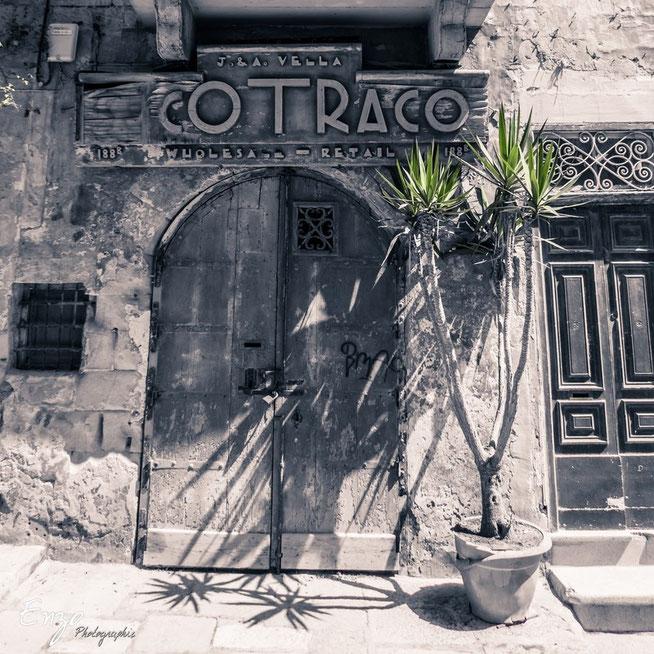 Vieille porte d'une ruelle typique de la Valette à Malte