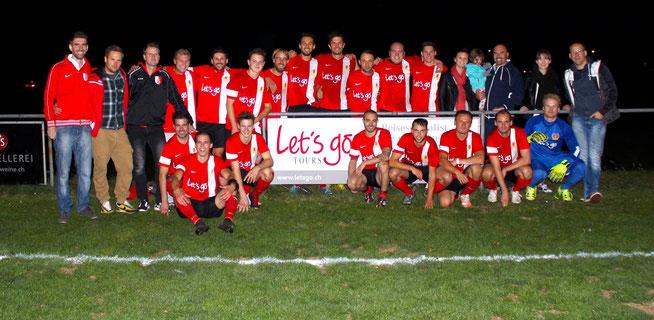 Let's go Tours Mitarbeiter (ganz rechts) zusammen mit FCB-Vorstandsmitgliedern (ganz links) sowie der 1. Mannschaft