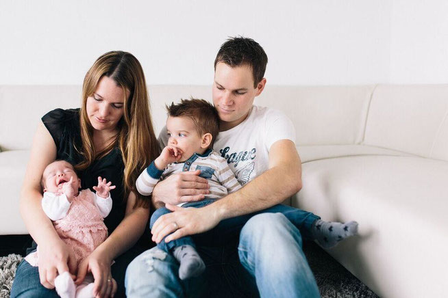 Famile Heller: Mama Karin mit Lia sowie Papa Roli mit Nino