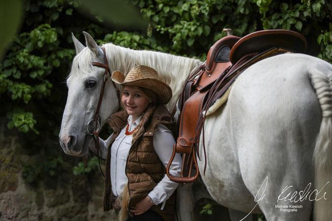 Reiterin Carmen und Hengst Tango mit einem Westernsattel.