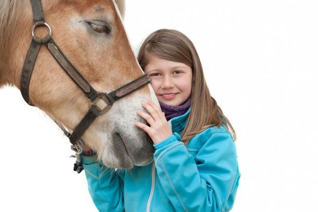 Müden Reinigung GmbH® Leistungen A-Z, Pferdetextilien, Kind mit Pferd