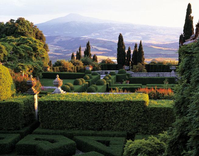 Magnifique jardin à l'italienne avec vue sur les collines du Val d'Orcia