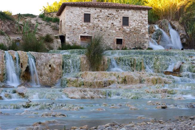 Cascade des thermes de Saturnia et petite maison de pierre