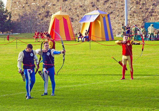 Palio de Montalcino, des hommes s'affrontent dans une compétition d'arc