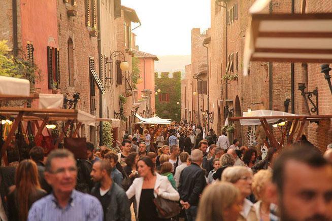 Rue typique de Toscane, bondée de monde