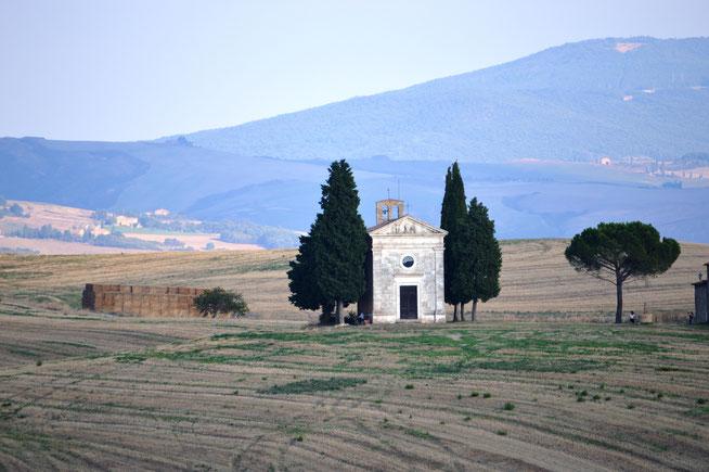 Célèbre chapelle du Val d'Orcia avec en arrière plan les montagnes de Toscane