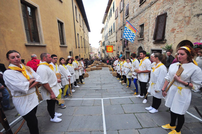 Palio dei Caci, rue apprêtée pour une course de fromage