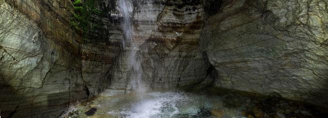 Bild: Wasserfall tost in Marmorbecken