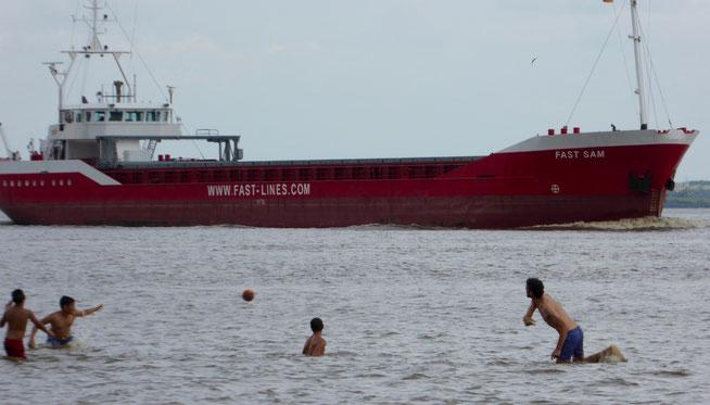 Bild: Badende vor einem Frachter in der Elbe