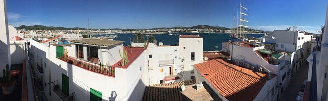 Bild: Blick über die Dächer von Ibiza-Stadt auf den Hafen