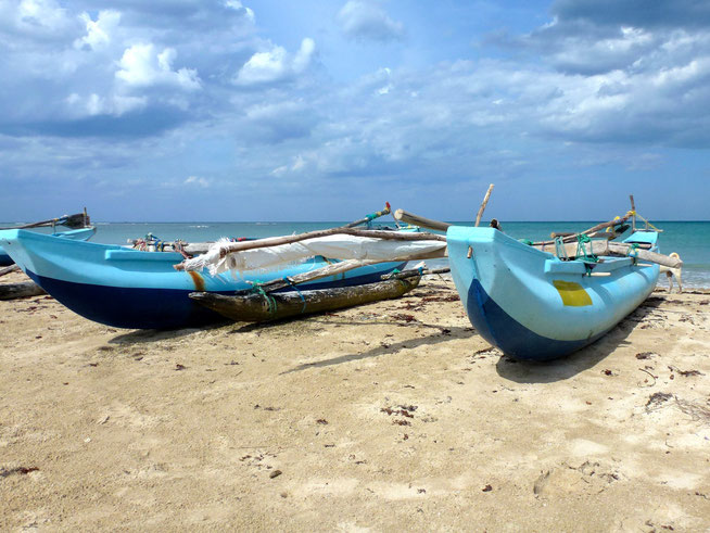 Bild: Fischerboote am Strand von Passekudah