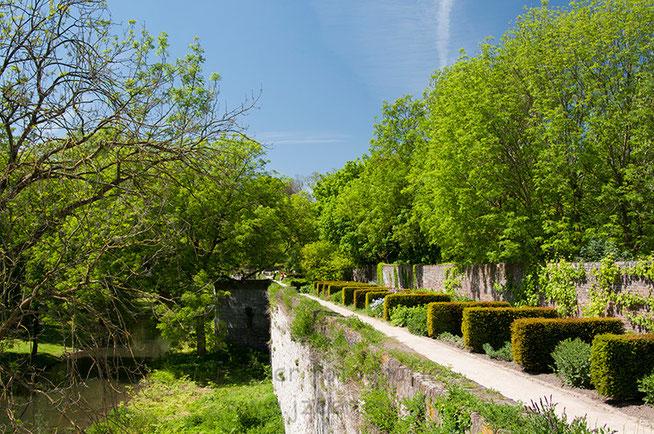 In 1229 kreeg het stadsbestuur van Maastricht toestemming op de 1e stadsomwalling te bouwen ter verdediging van de stad. In de 14e eeuw is er nog een 2e muur gebouwd vanwege de vele bebouwing langs de uitvalswegen.