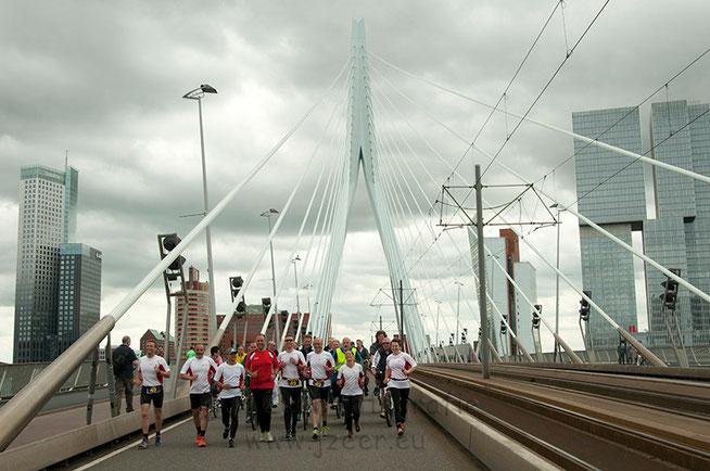 De Erasmusbrug is de laatste hindernis van de RoPaRun voordat de teams gehuldigd worden op de Coolsingel. Een uitgebreide reportage van de finish is te zien bij Nieuws -> Evenementen.