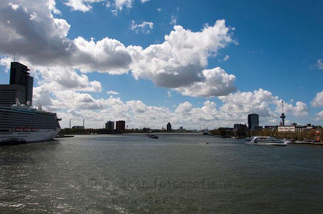 Op bijna elke locatie in Rotterdam kan je de haven of iets wat met de haven te maken heeft zien. Uiteraard ook vanaf de Erasmusbrug met op de voorgrond de cruiseterminal en in de verte de industrie met zijn hijskranen.