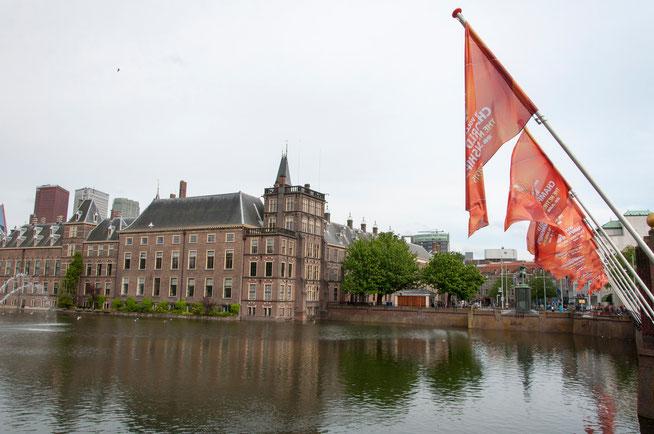 Het Binnenhof is eind juni decor van het WK beachvolleybal. Terwijl het stadion nog gebouwd wordt hangen de vlaggen vast uit. Een uitgebreide reportage is te zien bij Nieuws -> Sport.