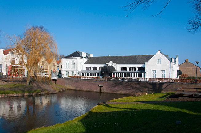 Hotel Blessing bevind zich in het voormalige raadhuis van de gemeente Zuidland en is gebouwd in 1878. Het monumentale pand bevind zich aan de Ring, het oude stadscentrum van het dorpje.