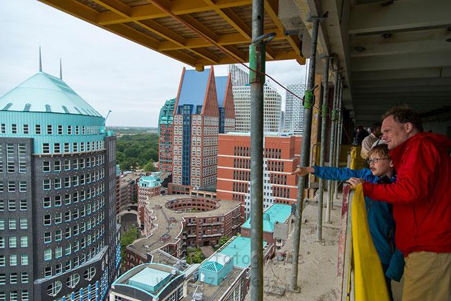 Tijdens de dag van de bouw was het mogelijk om een bezoekje te brengen aan de bouwplaats van het Wijnhavenkwartier. Een vader legt aan zijn zoontje uit wat die allemaal ziet.