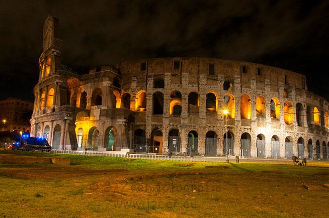 Het Colosseum is een imposant bouwwerk dat 's avonds verlicht wordt en unieke plaatjes oplevert.