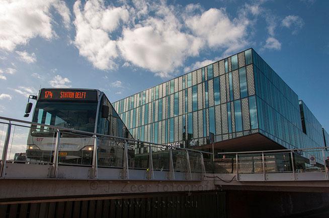 De afgelopen week had ik eindelijk de tijd vrij gemaakt om langs te gaan bij het nieuwe station van Delft. Ik was er inmiddels al vele malen doorheen gereden en tijdens de bouw was ik ook al enkele malen binnen geweest.
