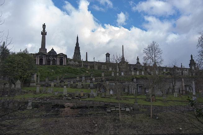 Begin maart ben ik een weekje naar Schotland geweest. Bovenstaande begraafplaats bevind zich in Glasgow. Op zich niet het eerste vakantiekiekje dat je verwacht, maar daarom juist het delen waard.
