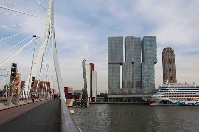 Het is altijd mooi plaatjes schieten in Rotterdam. Dit keer de kenmerkende boeg van de AIDAmar voor de Rotterdam en New Orleans aan de Erasmusbrug op een mooie zonnige winterdag.