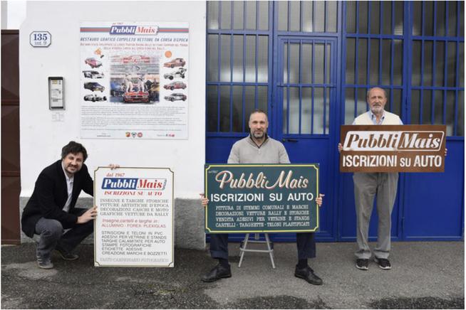 Luca Roberto e Vinicio Mais di fronte alla Pubblimais di Torino con antiche insegne