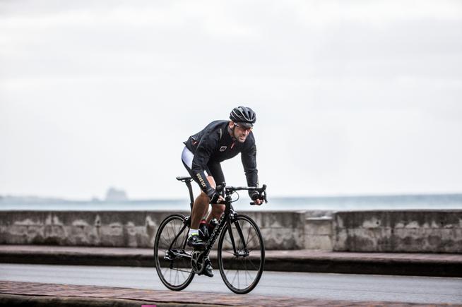 Spezielle Regenjacken für Radfahrer gibt es erst seit Gore Bike Wear sie fertigt.