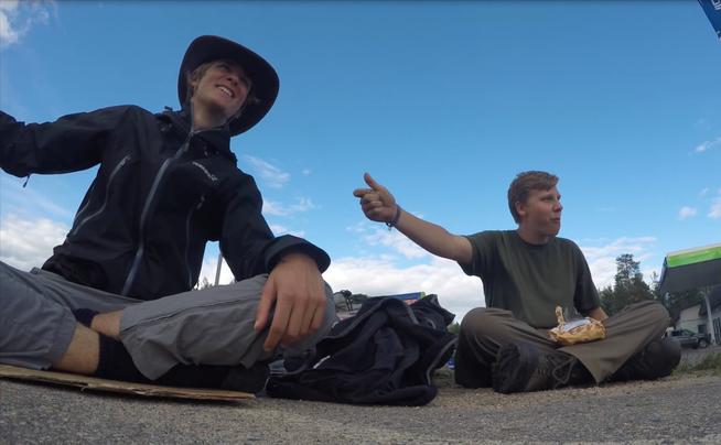 Jannis Riebschläger und Joel Galla beim Trampen an der Straße in Finnland