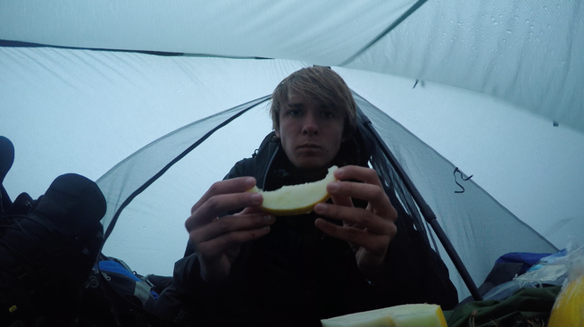 Regentag im Zelt Honig-Melone essen